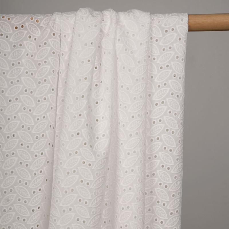 Tissu coton blanc à motif feuilles brodées et ronds ajourés - pretty mercerie - mercerie en ligne