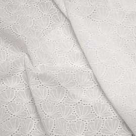 Tissu coton brodé blanc à motif pétales de fleurs ajourés - pretty mercerie - mercerie en ligne