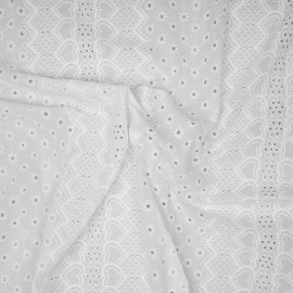 Tissu coton blanc bandes brodés coeurs et fleurs ajourés x 10cm