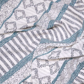 Tissu viscose blanc cassé à motif ethnique bleu celestial et bleu marine x 10 cm