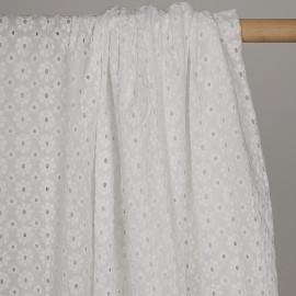 Tissu coton brodé blanc motif fleurs ajourées