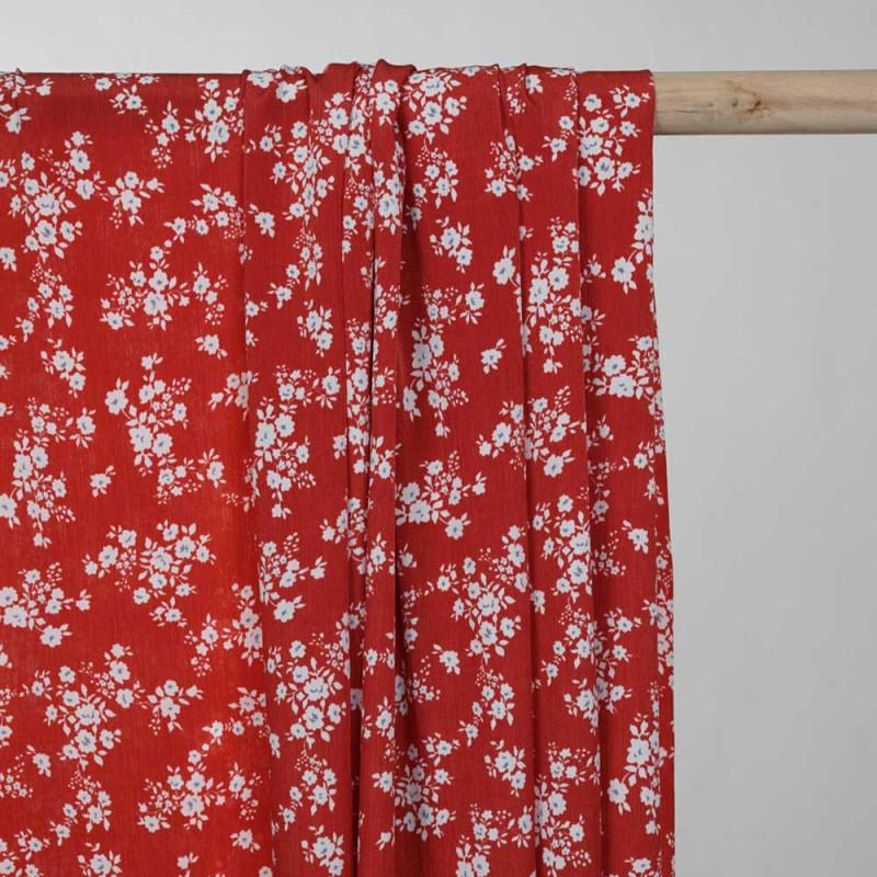 Tissu effet froissé rouge aurora à motif fleuri blanc -pretty mercerie - mercerie en ligne