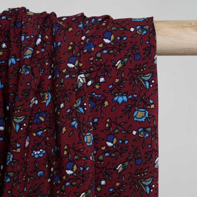 Tissu viscose ruby wine à motif fleurs vertes et bleu - Pretty Mercerie - mercerie en ligne