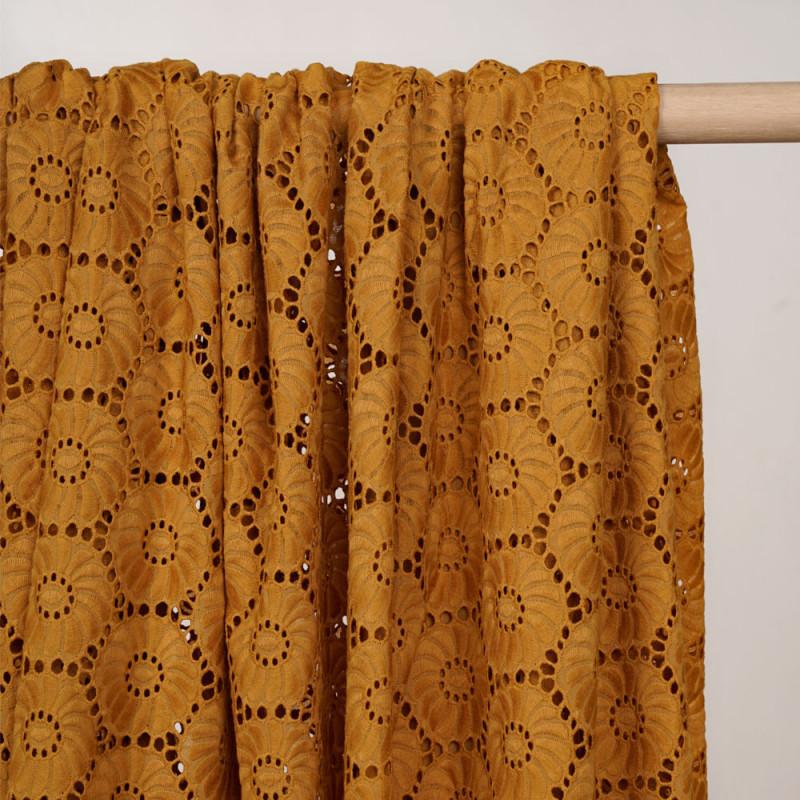 Tissu coton brodé golden oak à motif fleurs ajourées - pretty mercerie - mercerie en ligne