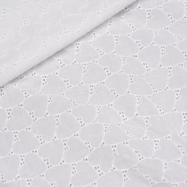 Tissu coton brodé blanc cassé à motif coeurs x 10cm
