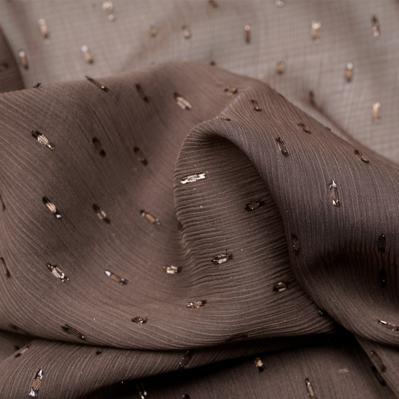 Tissu mousseline taupe effet plissé à motif plumetis satiné - pretty mercerie - mercerie en ligne