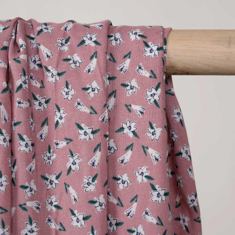 Tissu viscose vieux rose imprimé jolies fleurs blanches, bleues et vertes - pretty mercerie - mercerie en ligne