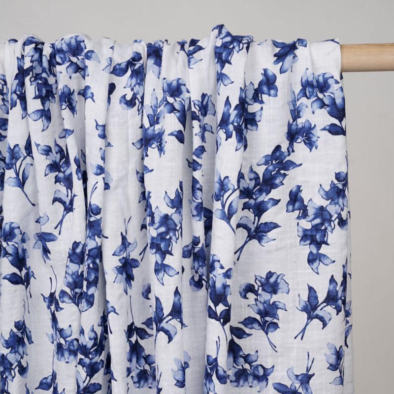 Tissu coton et viscose blanc à motif fleuri bleu mosaique  - pretty mercerie - mercerie en ligne