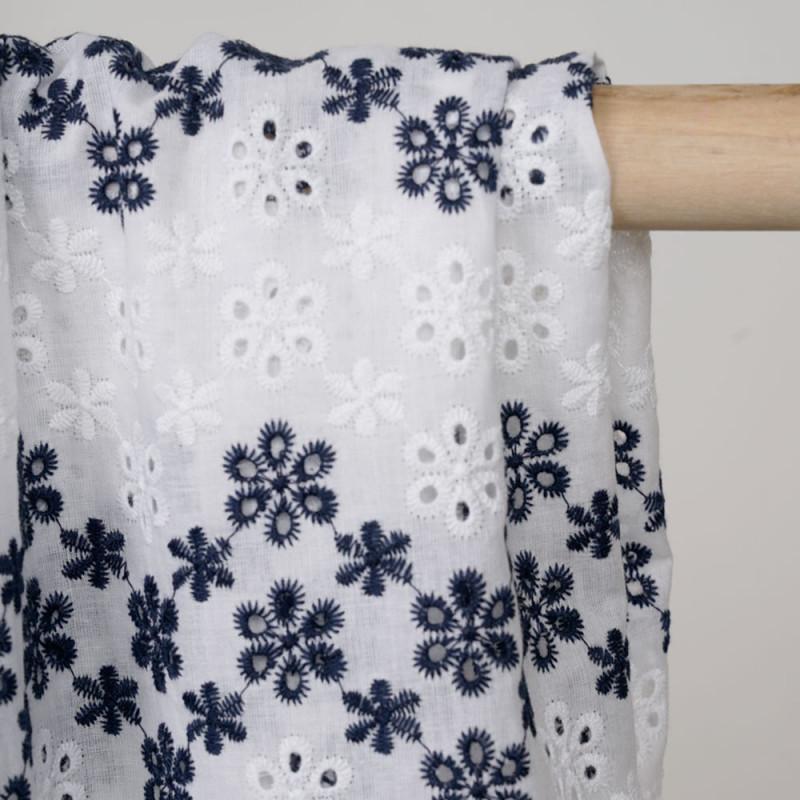 Tissu coton blanc bandes brodés fleuries blanches et bleu nuit  - pretty mercerie - mercerie en ligne