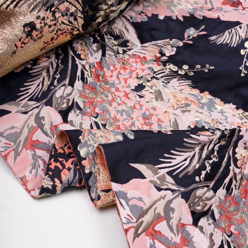 Tissu jacquard bleu nuit grosse fleur rose, corail, gris et fil lurex argent - pretty mercerie - mercerie en ligne