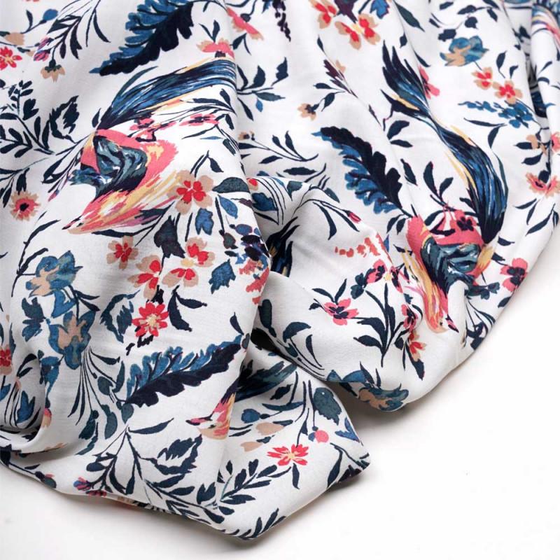 Tissu viscose blanc cassé à motif tropicals oiseaux et fleurs roses, bleus et beiges - pretty mercerie - mercerie en ligne