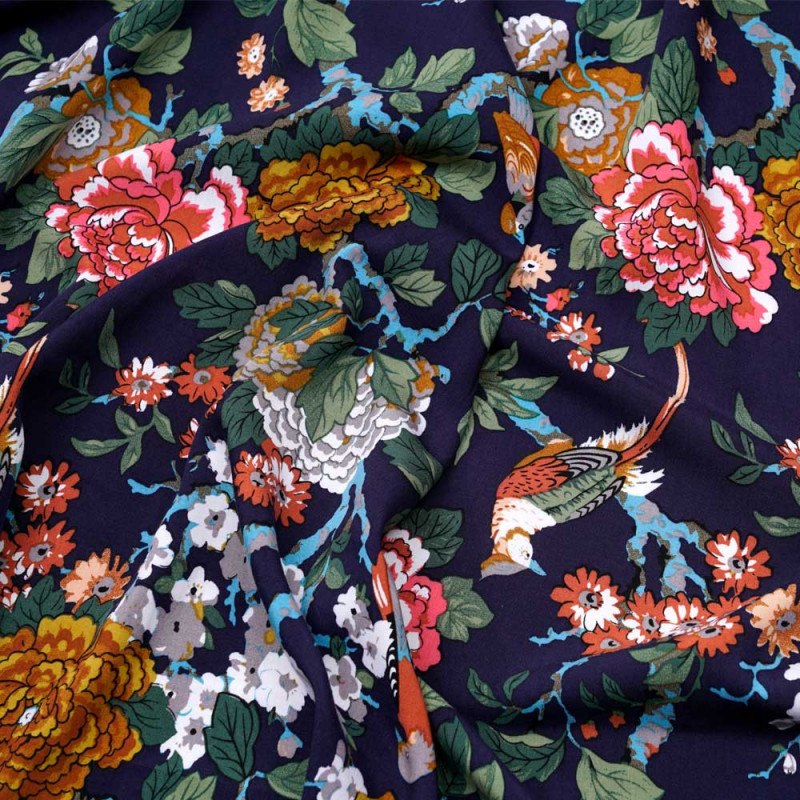 1bfe326a88 Tissu viscose bleu marine à motif oiseaux et fleurs tropicales rose, vert  et bleu -