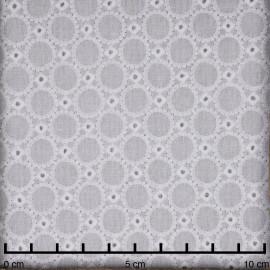 Tissu coton brodé blanc cassé ajouré à motif petit médaillon - pretty mercerie - mercerie en ligne