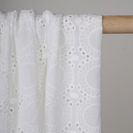 Tissu coton brodé blanc cassé ajouré à motif médaillon - pretty mercerie - mercerie en ligne