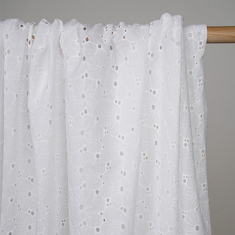 Tissu coton brodé blanc cassé ajouré à motif fleuri  - pretty mercerie - mercerie en ligne