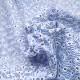 Tissu coton blanc rayé bleu et brodé blanc, ajouré à motif géométrique  - pretty mercerie - mercerie en ligne
