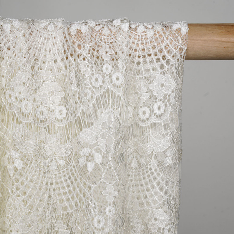 Tissu dentelle blanc cassé satiné à motif coquillage - pretty mercerie - mercerie en ligne