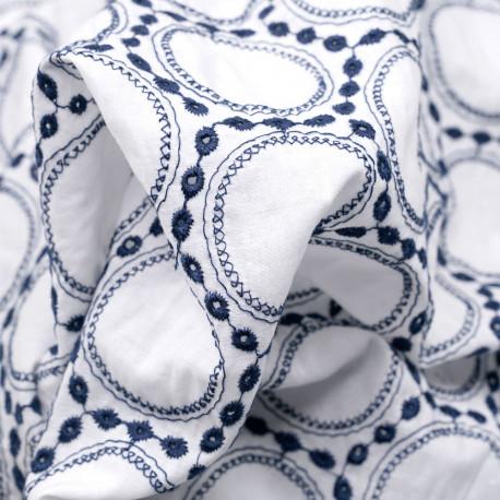 Tissu coton blanc cassé brodé et ajouré médaillon bleu marine - pretty mercerie - mercerie en ligne