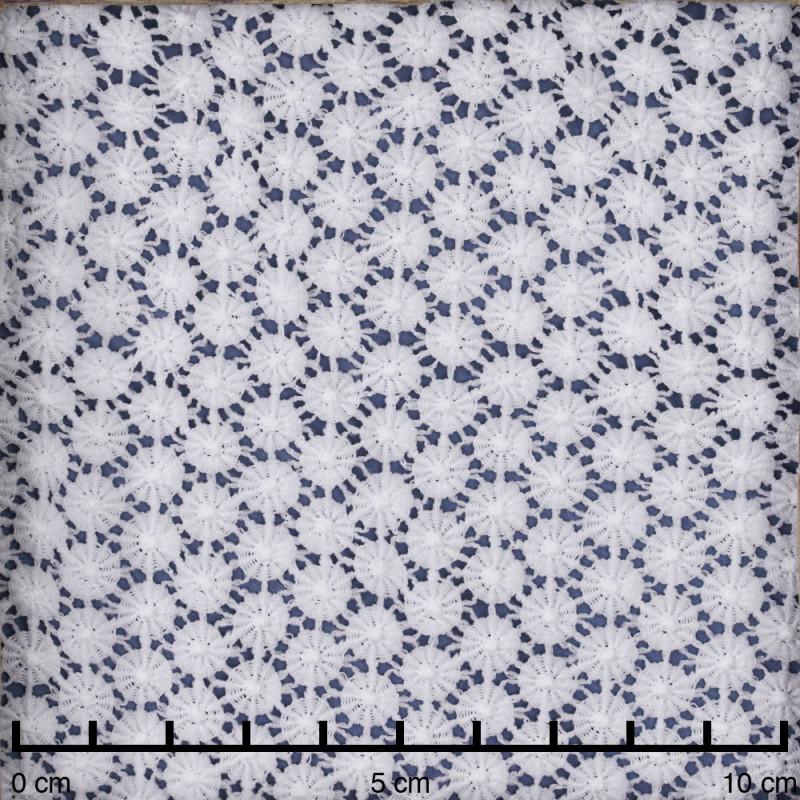 Tissu guipure blanche à motif petites marguerites  - pretty mercerie - mercerie en ligne