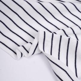 Tissu maille tricoté gaufré blanc à motif rayé bleu marine| Pretty Mercerie | mercerie en ligne