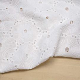 Tissu coton brodé et ajouré blanc à motif fleuri | pretty mercerie | mercerie en ligne