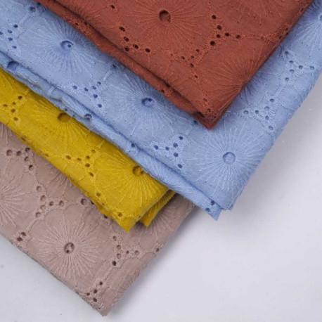 Tissu coton brodé et ajouré bleu ciel à motif fleuri   pretty mercerie   mercerie en ligne