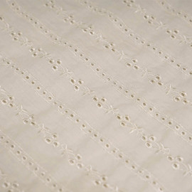 Tissu coton vanille à motif lignes brodées et ajourées  x 10cm