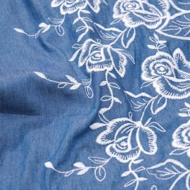 Tissu coton tissé bleu et brodé fleur blanc  x 10cm