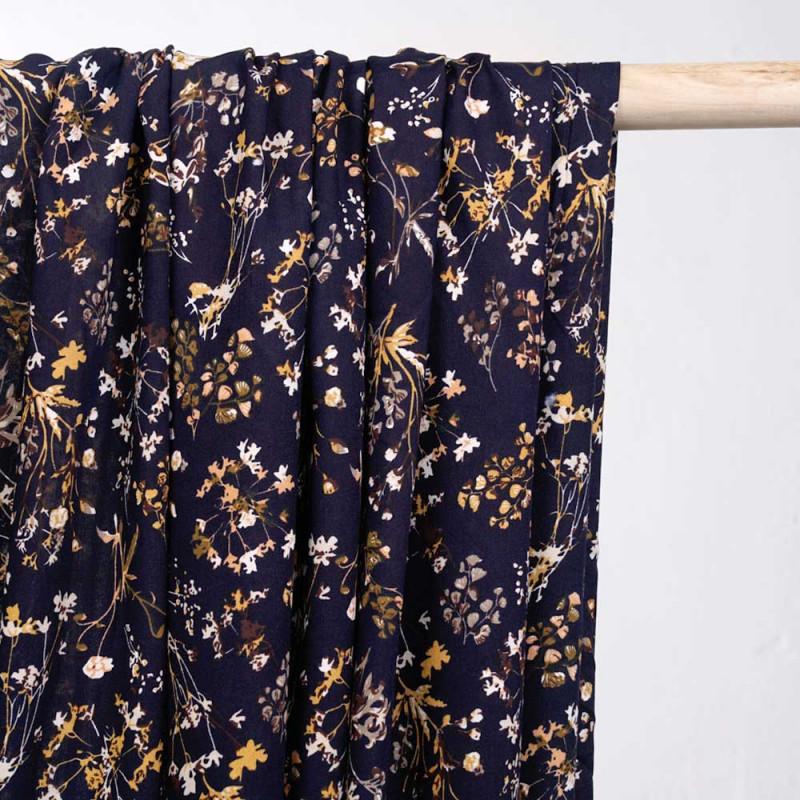 Tissu viscose bleu éclipse à motif fleuri marigold  - pretty mercerie - mercerie en ligne